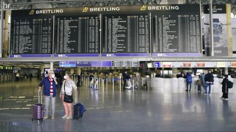 Personen auf dem Frankfurter Flughafen.