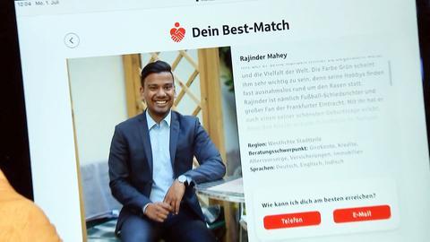 Ein junger Bankberater auf einer Werbe-Internetseite