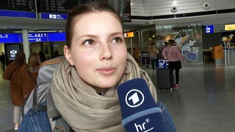 Reisende am Flughafen im Interview