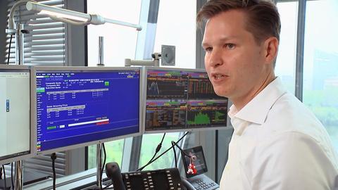 Ein Mitarbeiter der EZB vor einem Computer