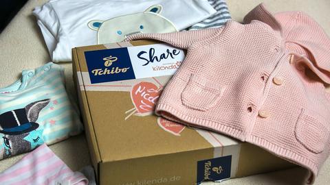 Ein Paket mit Babykleidung