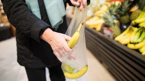 Viele Lebensmittelmärkte wollen in Zukunft auf den Plastikbeutel verzichten