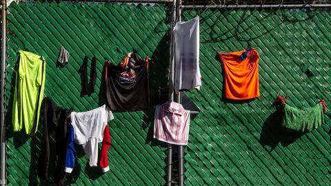 Mikroplastik aus der Kleidung gelang bei der Wäsche ins Abwasser