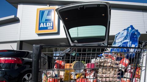 Ein voller Einkaufswagen vor einem Aldi-Discounter