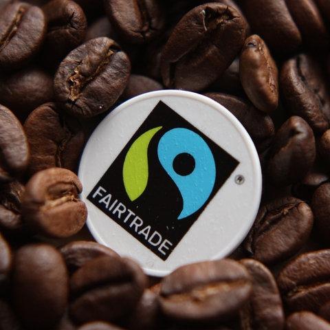 Fairtrade-Logo im Kaffee