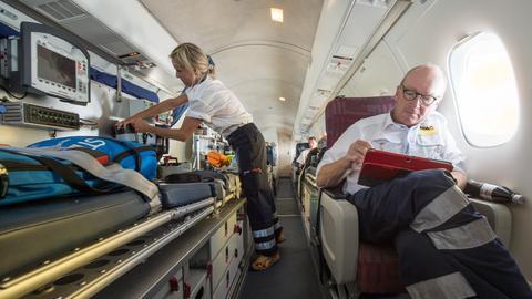 Ein Ambulanzflugzeug bringt Verletzte aus dem Urlaub zurück.
