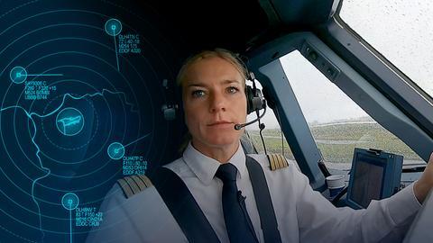 Protagonistin sitzt im Cockpit.