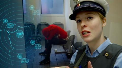 Polizeiprotagonistin erklärt etwas. Hintergrund sitzt eine vermummte Gestalt auf einer Stuhlreihe und versteckt sich.