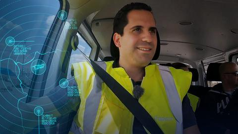 Fahrerausbilder Maximilian Fiedler sitzt als Beifahrer im Fahrzeug.