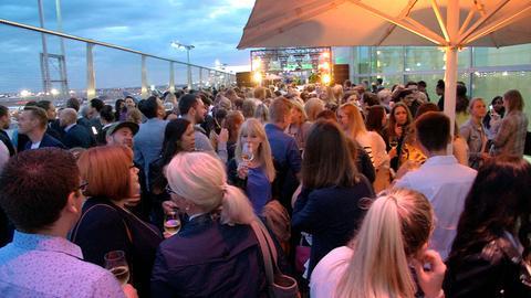 After-Work-Party auf der Besucherterrasse des Frankfurter Flughafens.