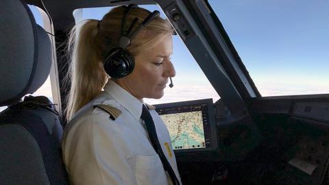 Flugkapitänin Riccarda Tammerle im Cockpit.