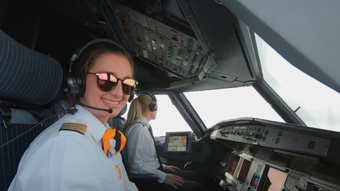 Co-Pilotin Katja Rossi (links) und Flugkapitänin Riccarda Tammerle (im Hintergrund) im Cockpit.