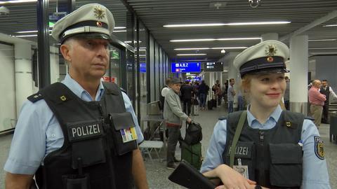 Zwei Polizisten im Einsatz am Terminal.
