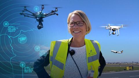 Eine Flughafenmitarbeiterin und Drohnen am Frankfurter Flughafen