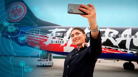 Eine Stewardess lässt sich mit dem neuen Eintracht-Flieger ablichten.