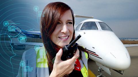 Stefanie König auf dem Rollfeld des Privatflughafens in Frankfurt.