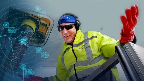 Mathias Wenzel unter einem Airbus beim Abpumpen der Fäkalien