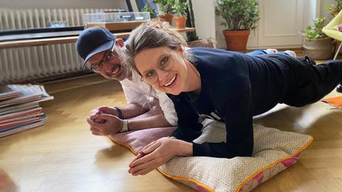 """Die Moderator*innen beim """"planken"""": Motivation für Zuhause!"""