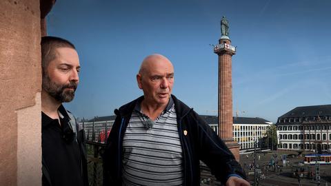 Zwei Personen blicken auf den Luisenplatz in Darmstadt