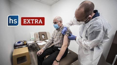 Mann wird im Impfzentrum geimpft.