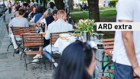 Menschen sitzen im Restaurant.