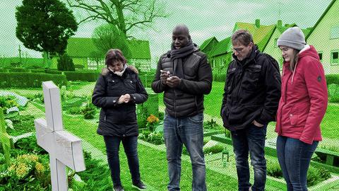 Bewegungs- und Motivationscoach Kelechi mit Familie Volke an einem Grab.