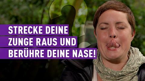 strassen star-Kandidatin mit Schriftzug: Strecke deine Zunge raus und berühre deine Nase