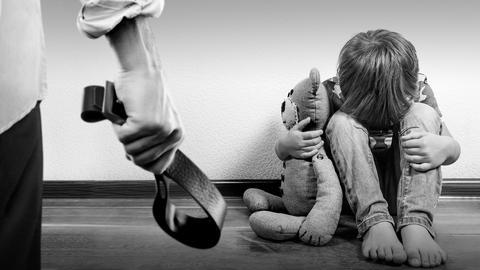 Wenn Eltern ihre Kinder misshandeln: Ein Kind kauert auf dem Boden.