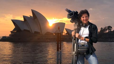 Autorin Monika Birk vor der Oper in Sydney.