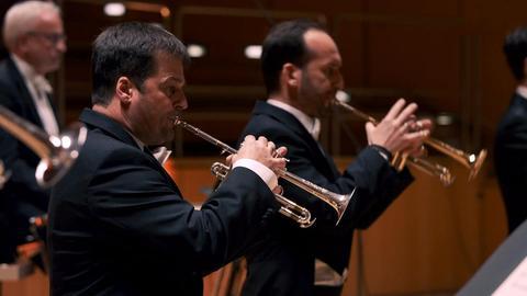 Bläser des hr-.Sinfonieorchesters spielen ein Konzert.