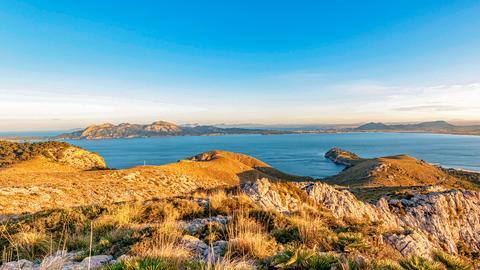 Panoramablick über die mallorquinische Landschaft bis hin zum Meer.