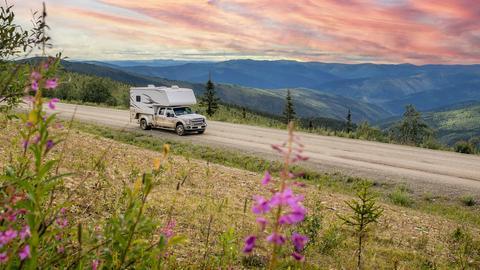 Camper fährt durch beeindruckende Landschaft