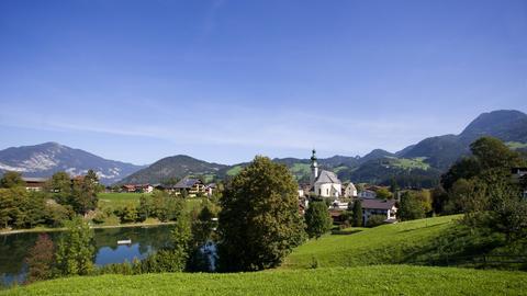Blick auf die Pfarrkirche und den Reither See