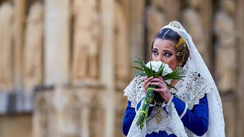 Teilnehmerin vom Frühlingsfest riecht an einem Blumenstrauß.