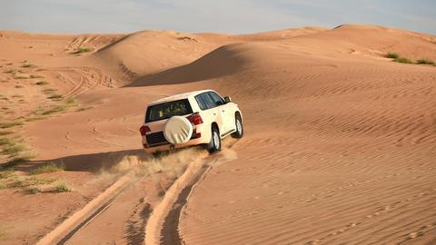 Auto fährt durch die Wüste