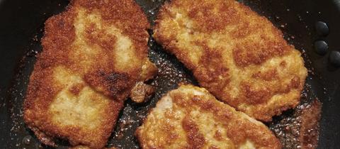 Panierte Schnitzel in Pfanne