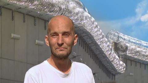 Filmszene: Protagonist hinter Gittern
