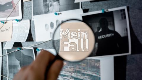 Blick auf eine Ermittlungstafel an dem viele Zettel hängen. Eine Hand hält eine Lupe davor. Darin ist das Mein Fall-Logo zu sehen.