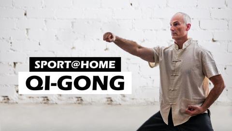 Mann macht Qi-Gong