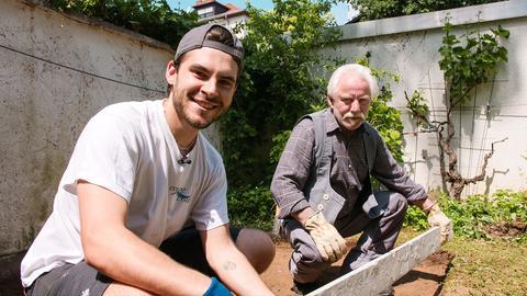 Sänger Ben Dietrich möchte für den neuen Gasgrill eine Mini-Terrasse im Garten bauen.