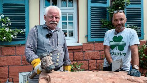 Die Mauer auf Paddy Geaneys Grundstück im nordhessischen Rosenthal ist ein echter Schandfleck: Risse, herausgebröckelte Steine und lose Platten. Diese Mauer muss weg!