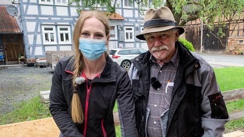 Karolina Möbus aus Gemünden an der Wohra baut einen Bücherschrank für die Bewohner der Gemeinde.