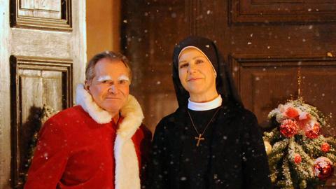 Sonja Berger (Bibiana Zeller, re), die vermögende Witwe? Das fragen sich Schwester Hanna Jakobi (Janina Hartwig) und Bürgermeister Wolfgang Wöller (Fritz Wepper).