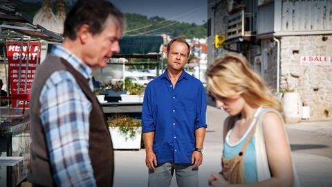 Privatdetektiv Hartwig Seeler (Matthias Koeberlin, Mitte) hat Felix Kepler (Michael Wittenborn) zu seiner Tochter Evelyn (Caroline Hellwig) geführt.