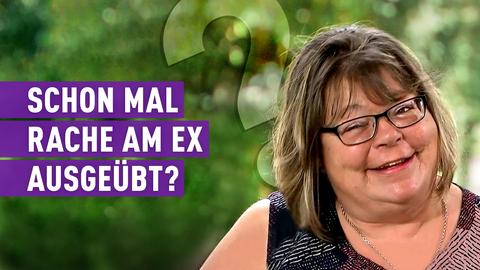 Protagonistin Betty zwinkert schelmisch. Text: Schonmal Rache am Ex ausgeübt?