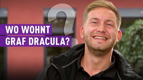 Der lachende Protagonist Pierre mit der Frage: Wo wohnt Graf Dracula?