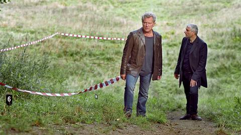 Die Kriminalhauptkommissare Ivo Batic (Miroslav Nemec, links) und Franz Leitmayr (Udo Wachtveitl) sichten den Leichenfundort.