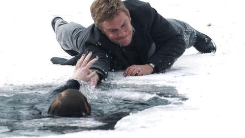 Filmszene: Schülerin Olga (Rosalie Thomass) ist im Eis eingebrochen und droht das Bewusstsein zu verlieren. Glücklicherweise gelingt es Perlmann (Sebastian Bezzel), sie noch rechtzeitig zu ergreifen.