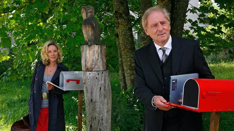 Die neuen Nachbarn Siegfried (Günther Maria Halmer) und Irene (Ann-Kathrin Kramer) haben nicht nur das Briefkasten-Modell gemeinsam, sondern sind sich auch sonst ähnlicher, als sie zugeben wollen.