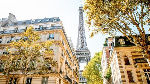 Fotomontage: Bloggerin Denise Urbach vor dem Pariser Panorama mit Eifelturm